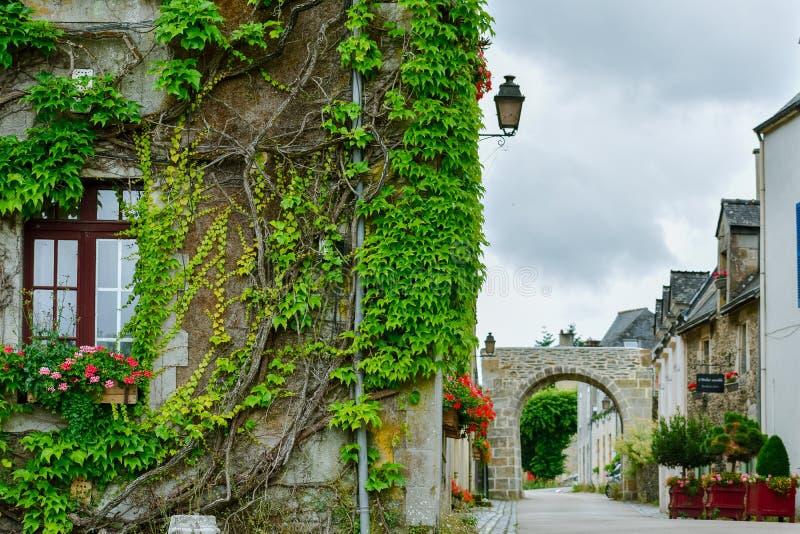 Rua e casas antigas coloridas em Rochefort-en-Terre, Brittany francês imagem de stock royalty free