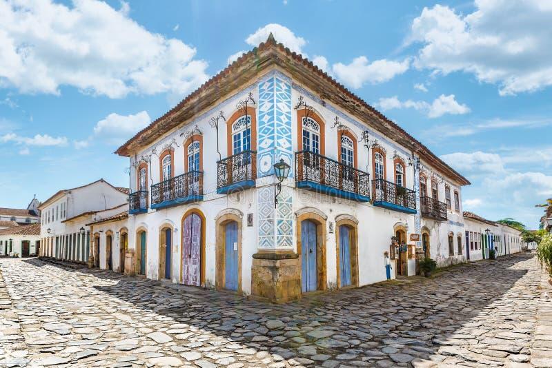 Rua e casas coloniais portuguesas velhas na baixa histórica mim fotografia de stock