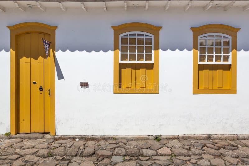 Rua e casas coloniais portuguesas velhas na baixa histórica mim imagem de stock