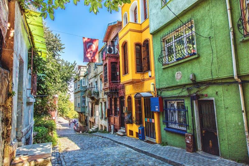 Rua e casas de pedra tradicionais no distrito de Fener na área de Balat fotografia de stock