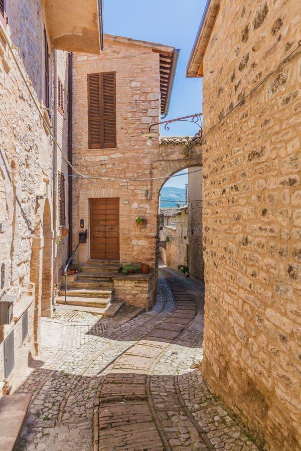 Rua e casas de Spello, Itália imagem de stock