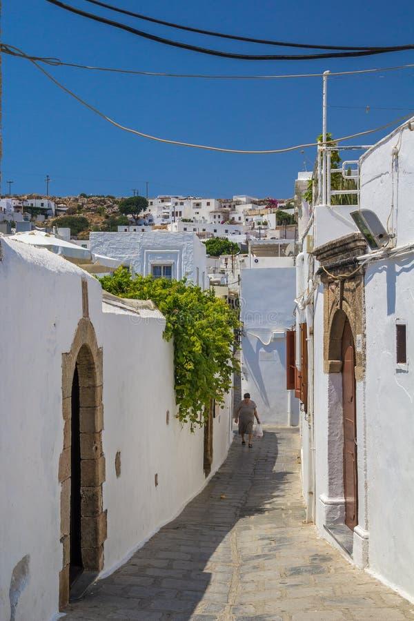 Rua e cidade do estreito de Lindos em Rhodes Island imagem de stock