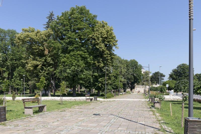 Rua e construção típicas na cidade de Pirot, Sérvia imagens de stock royalty free