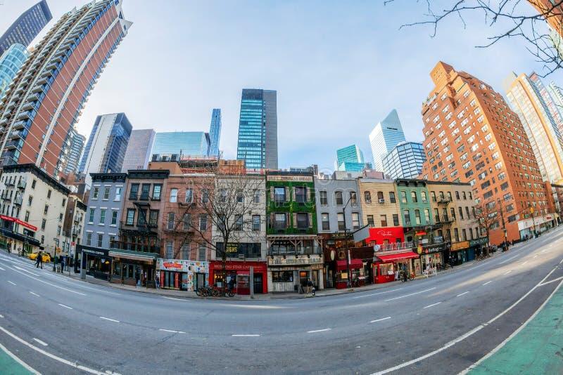 Rua e fachadas de velhos edifícios coloridos em Manhattan, Nova Iorque, EUA imagens de stock royalty free