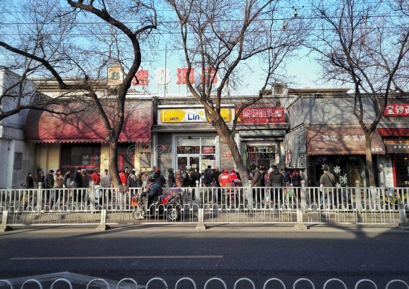 Rua e lojas do hutong do Pequim foto de stock