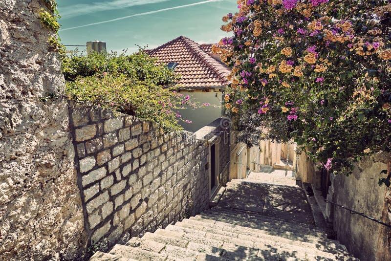 Rua e telhados velhos da cidade de Dubrovnik no por do sol Croácia imagens de stock
