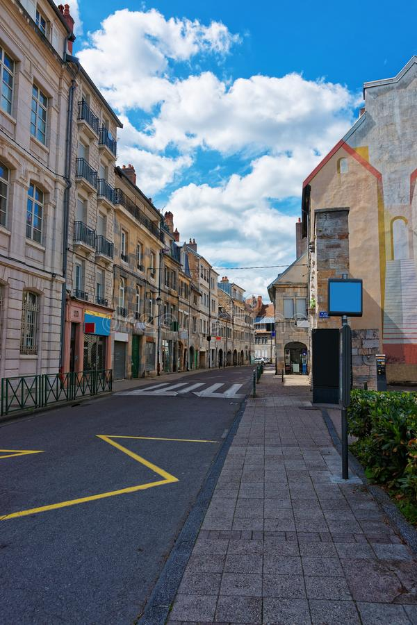 Rua em Besancon na região de Bourgogne Franche Comte em França fotos de stock royalty free