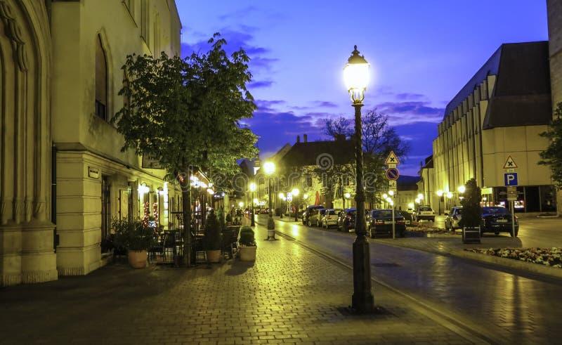 Rua em Budapest na luz da noite jpg fotografia de stock royalty free