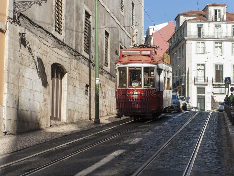Rua em Lisboa com passagem do carro do bonde imagem de stock royalty free