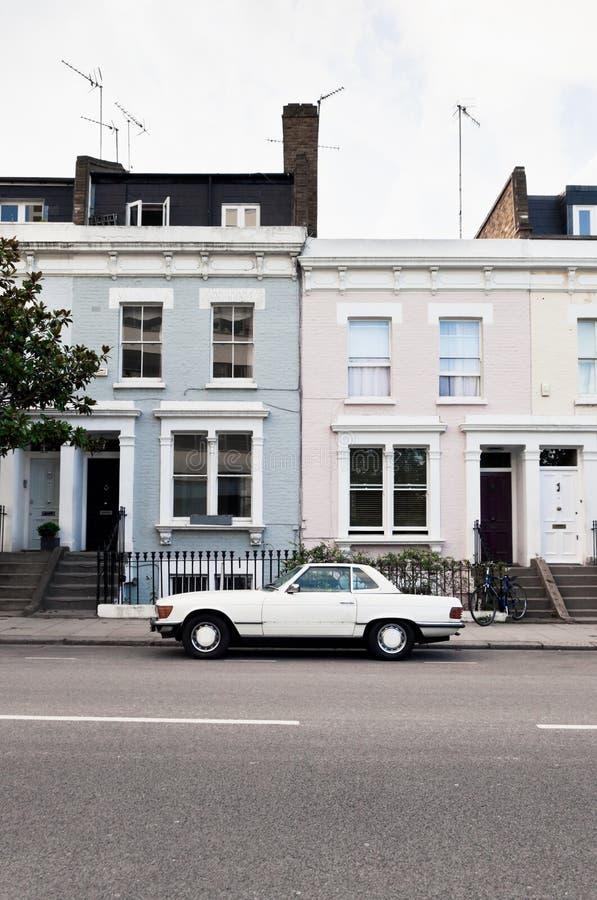 Rua em Londres ocidental com casas vitorianos e carro do vintage foto de stock royalty free