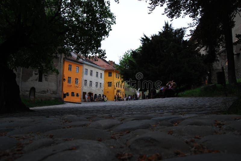 Rua em Sighisoara, a Transilvânia, Romênia fotografia de stock