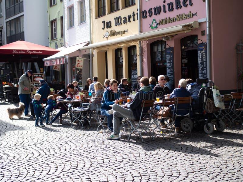 Rua ensolarada, construções coloridos, cafés acolhedores, vida urbana imagens de stock