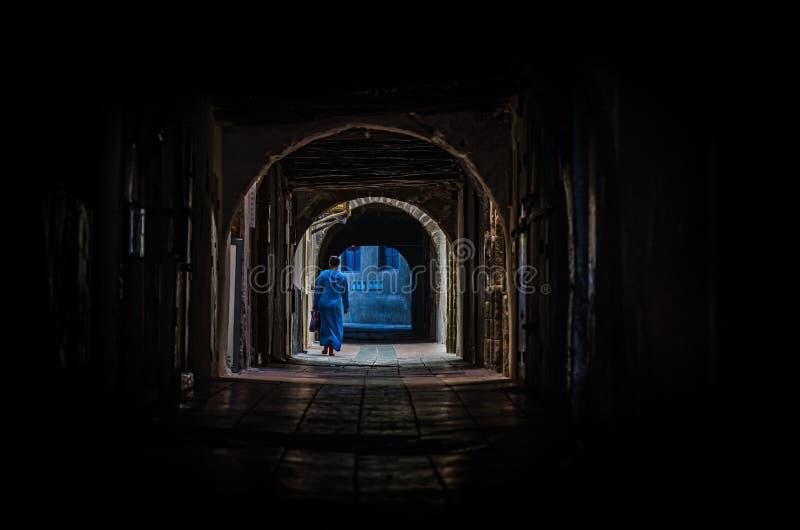 Rua escura em medina de Essaouira foto de stock