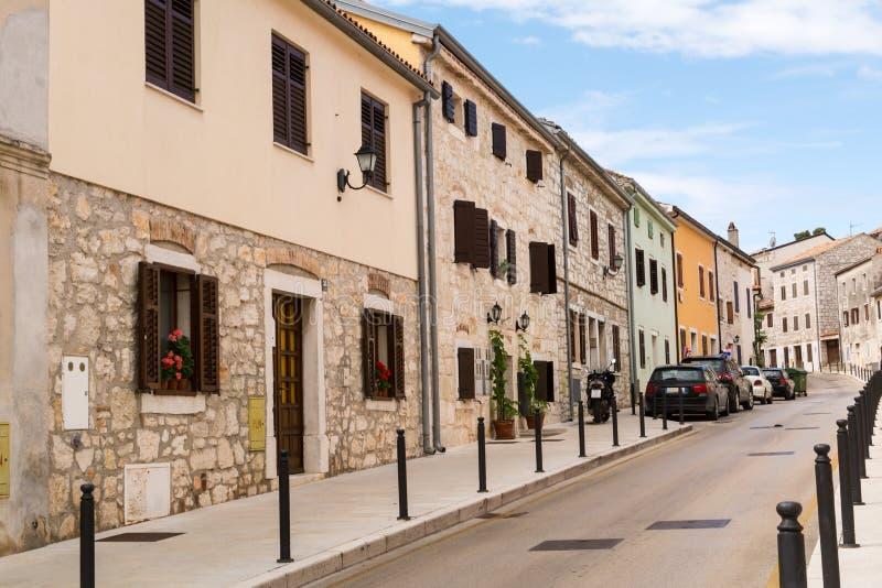 Rua estreita abandonada da cidade velha Vrsar na Croácia foto de stock