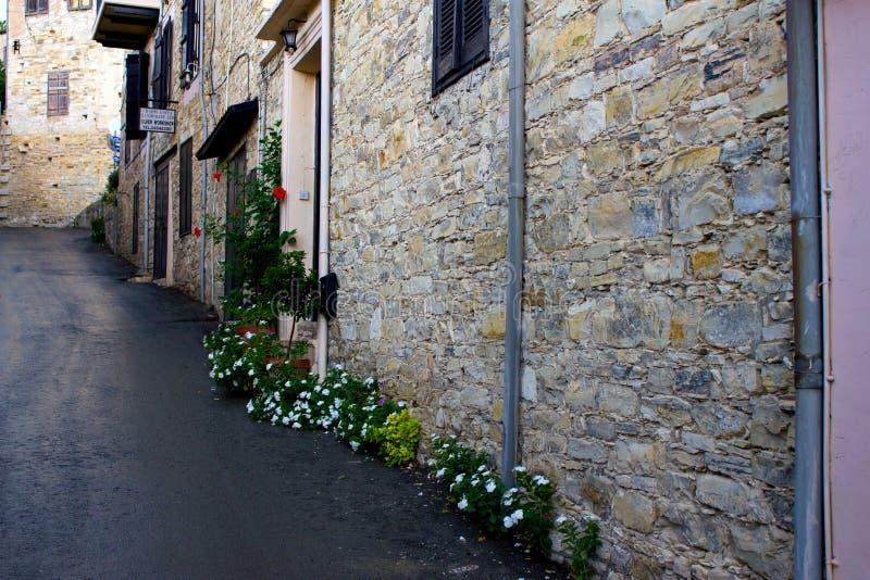 Rua estreita acolhedor na vila de Pano Lefkara Distrito de Limassol, Chipre fotos de stock royalty free