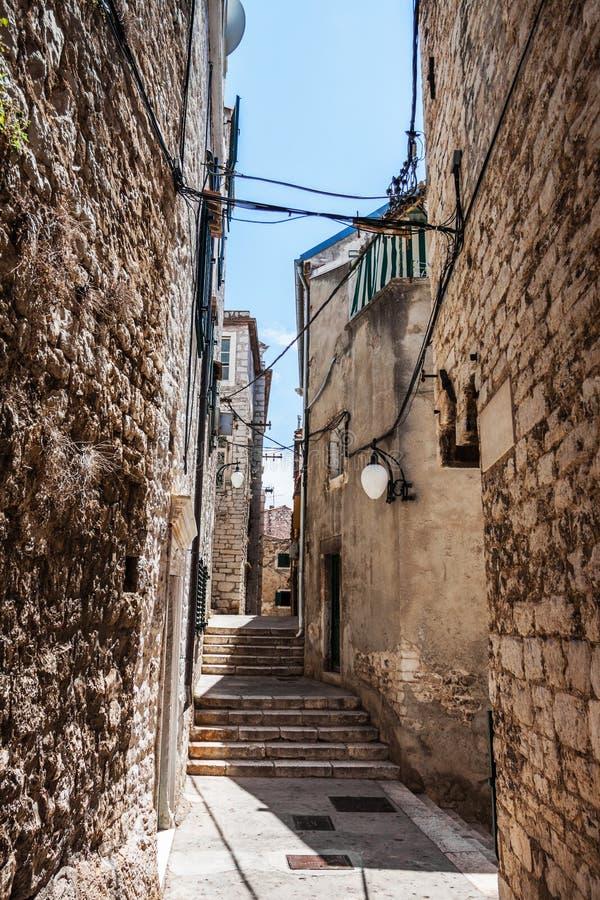 A rua estreita aumenta acima na cidade velha fotos de stock