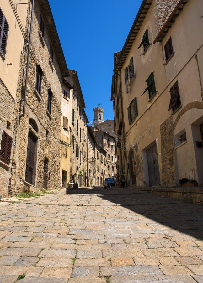 Rua estreita bonita da cidade histórica Volterra de tuscan fotos de stock