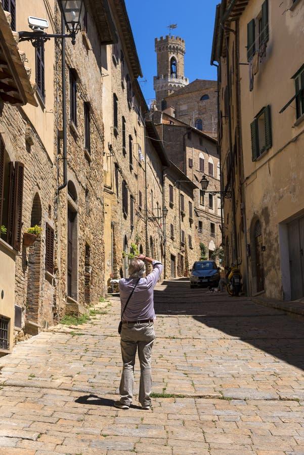 Rua estreita bonita da cidade histórica Volterra de tuscan imagens de stock royalty free