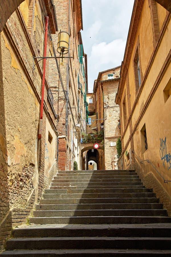 Rua estreita bonita de Siena imagens de stock