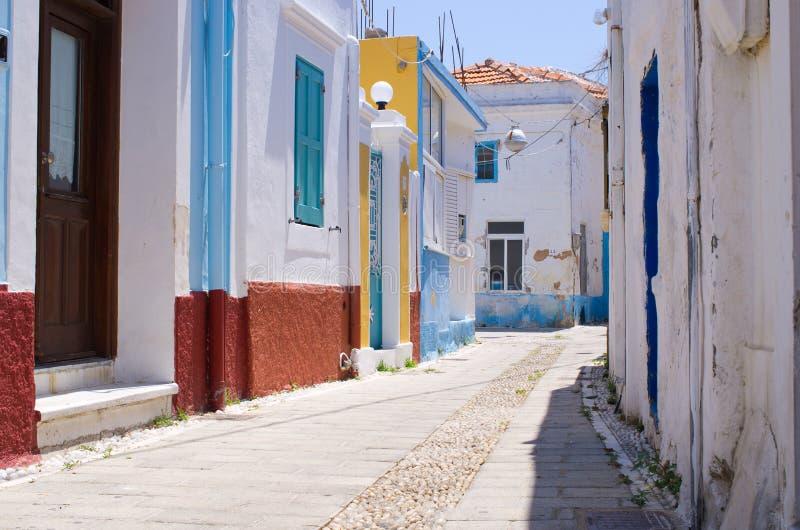 Rua estreita branca de Koskinou, o Rodes, Grécia imagem de stock royalty free