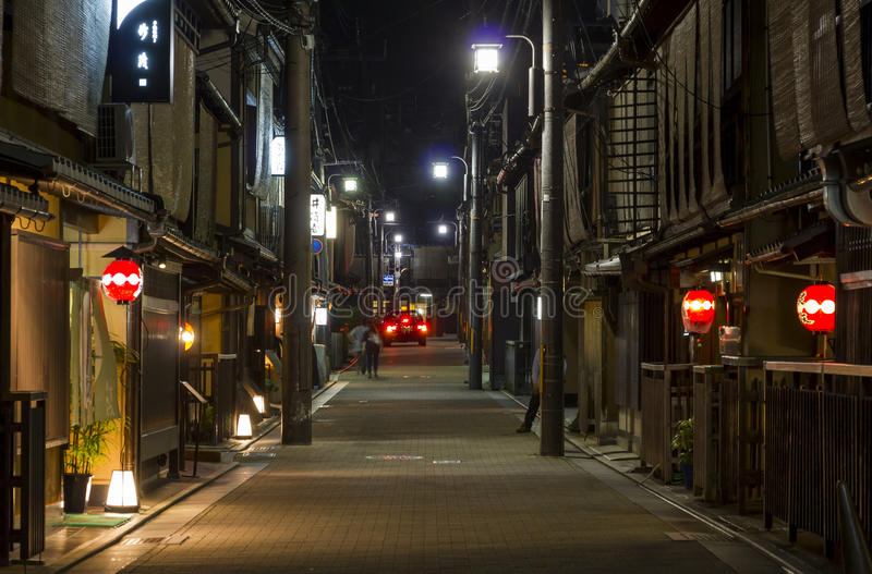 Rua estreita com arquitetura de madeira tradicional em distr de Gion foto de stock