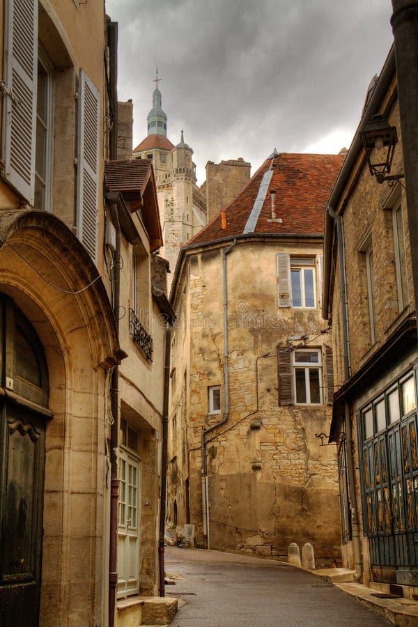 Rua estreita com casas e a torre de igreja velhas imagens de stock