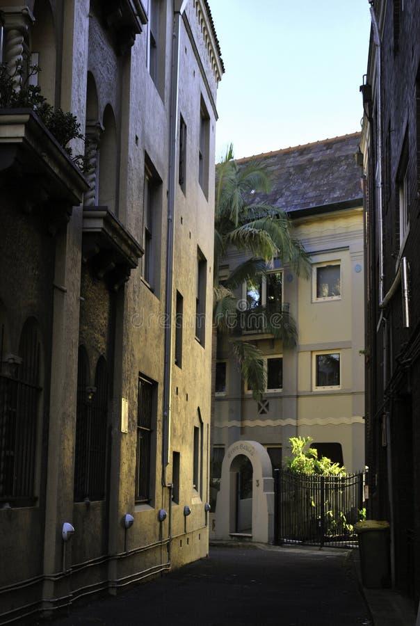 Rua estreita com construções europeias do estilo no ajuste pitoresco do por do sol em Sydney imagens de stock royalty free