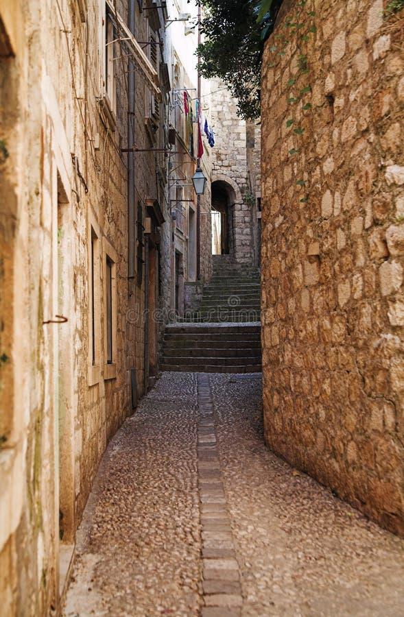 Rua estreita da cidade velha de Dubrovnik fotos de stock