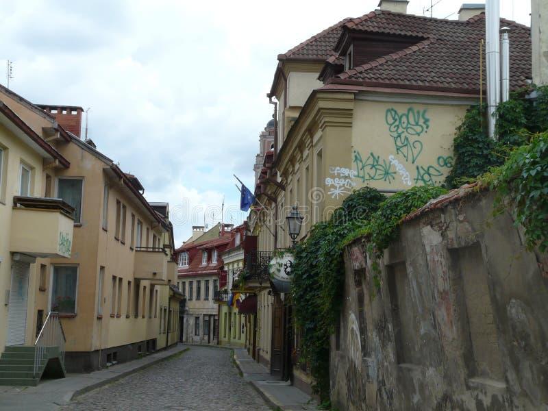 Rua estreita da cidade velha de Vilnius, nas horas de verão Lituânia foto de stock