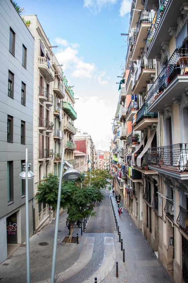 Rua estreita de Barcelona, Espanha foto de stock royalty free