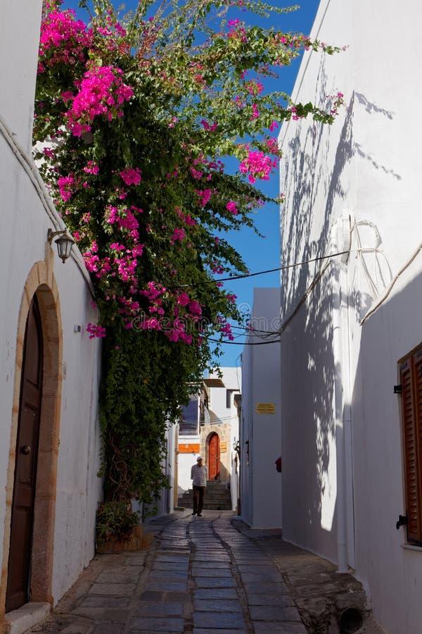 Rua estreita de Lindos, o Rodes, Grécia imagem de stock