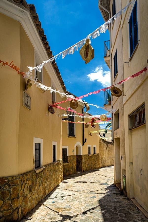 Rua estreita de passeio velha de Palma de Mallorca imagens de stock