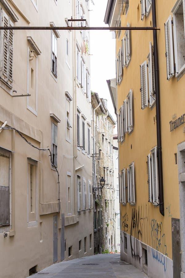 Rua estreita em Trieste, It?lia imagens de stock