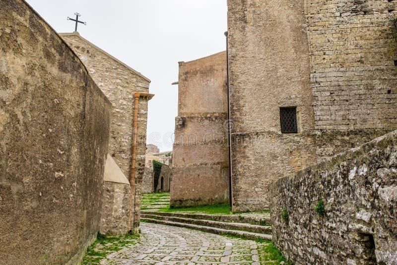 Rua estreita medieval no centro histórico da vila de Erice em Sicília fotografia de stock