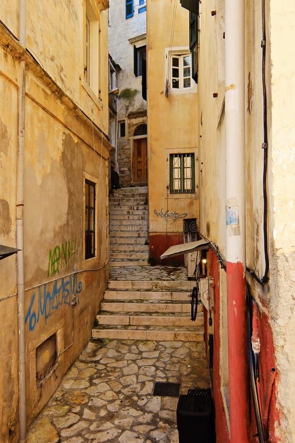Rua estreita na cidade grega imagens de stock
