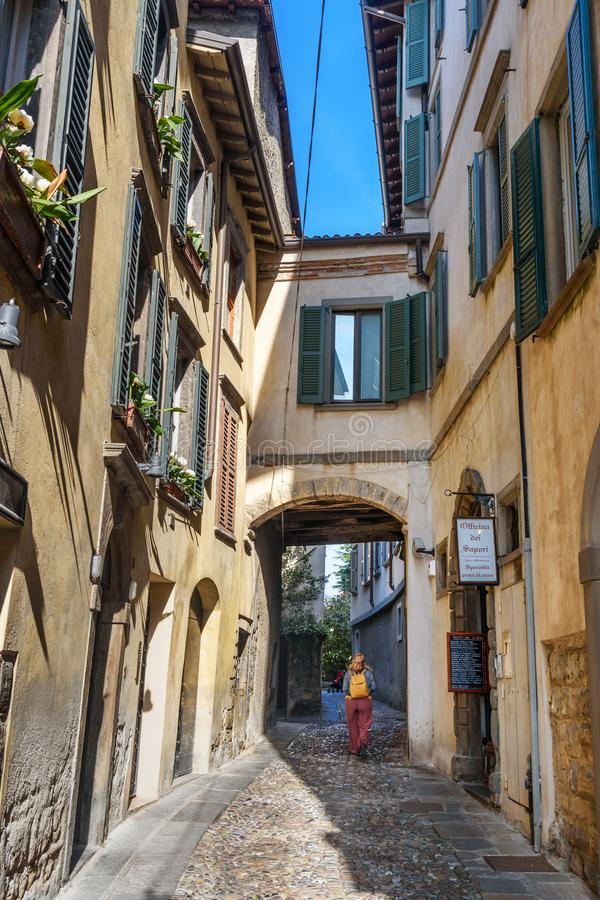 Rua estreita na cidade superior Citta Alta de Bergamo Italy fotografia de stock
