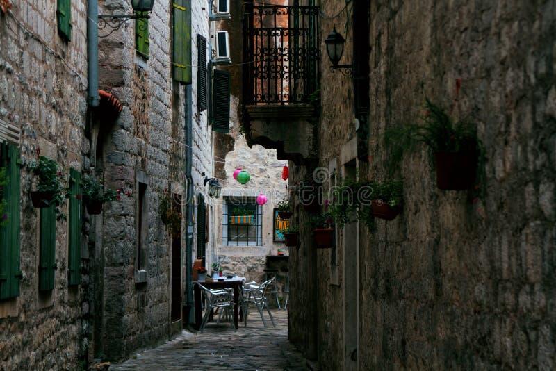 Rua estreita na cidade velha de Kotor montenegro foto de stock royalty free