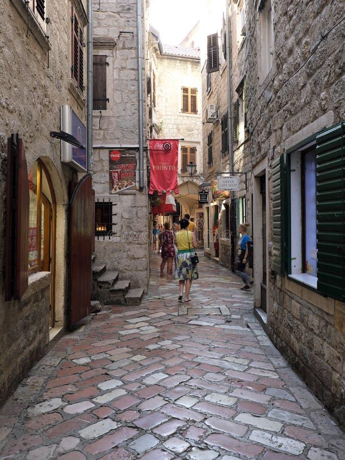 Rua estreita na cidade velha histórica de Kotor, Monetnegro foto de stock