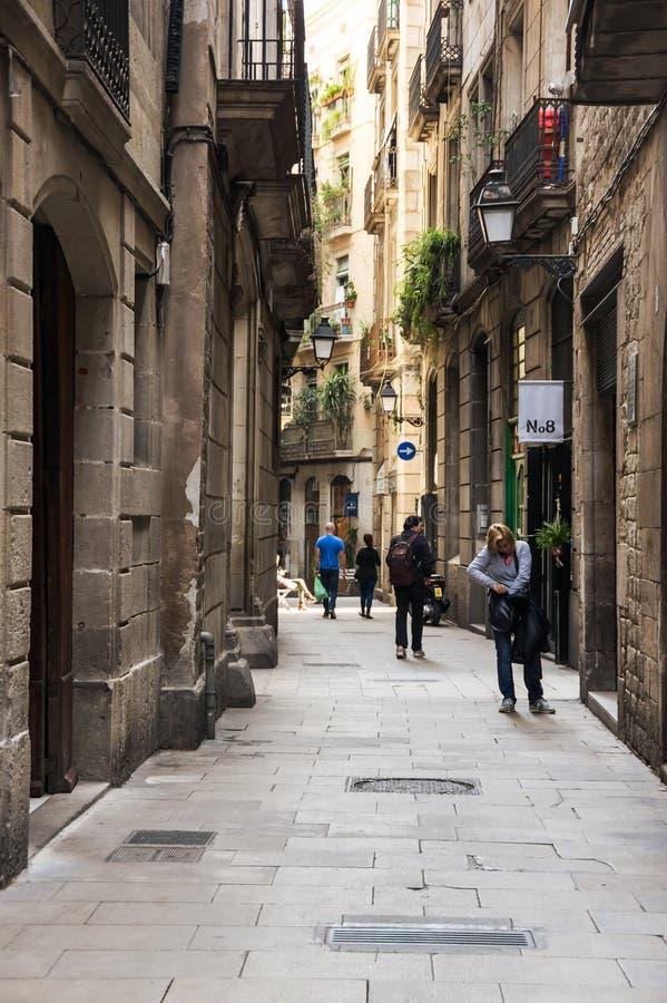 Rua estreita no quarto gótico de Barcelona foto de stock