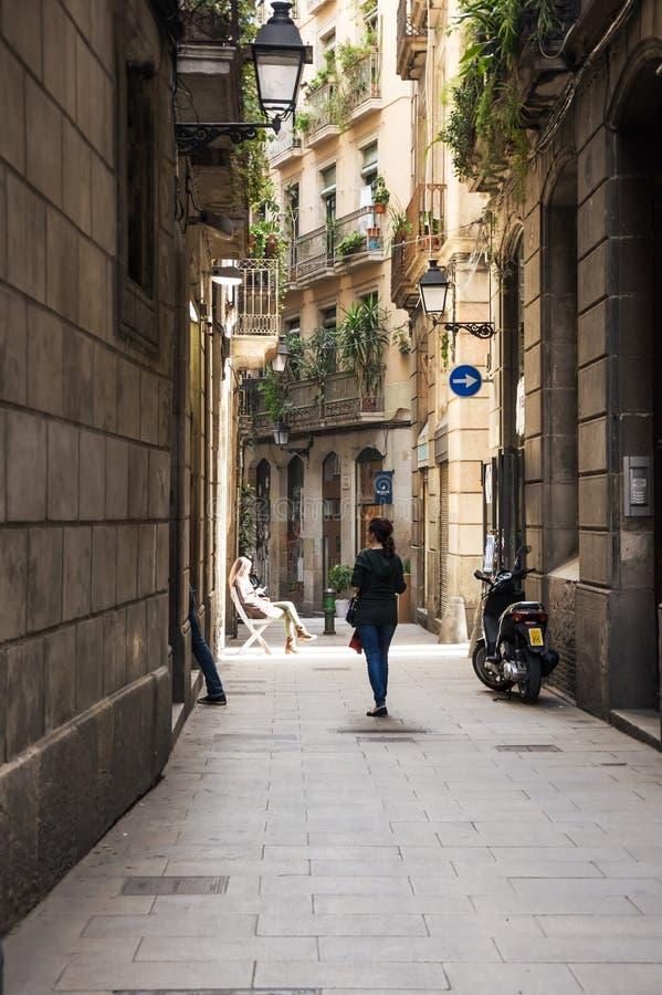 Rua estreita no quarto gótico de Barcelona imagem de stock royalty free