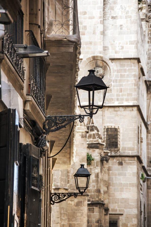 Rua estreita no quarto gótico de Barcelona fotografia de stock