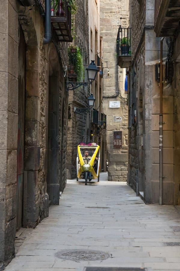Rua estreita no quarto gótico de Barcelona fotografia de stock royalty free