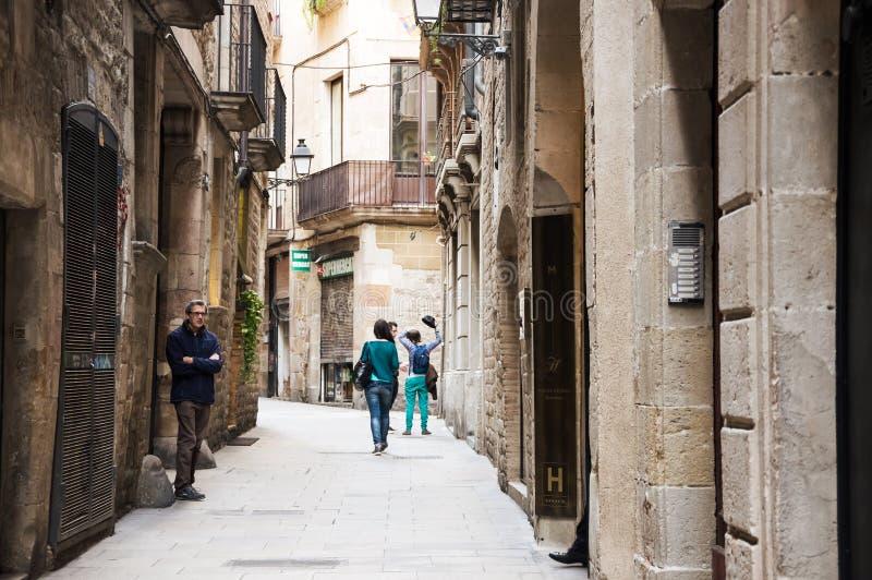 Rua estreita no quarto gótico de Barcelona fotos de stock royalty free