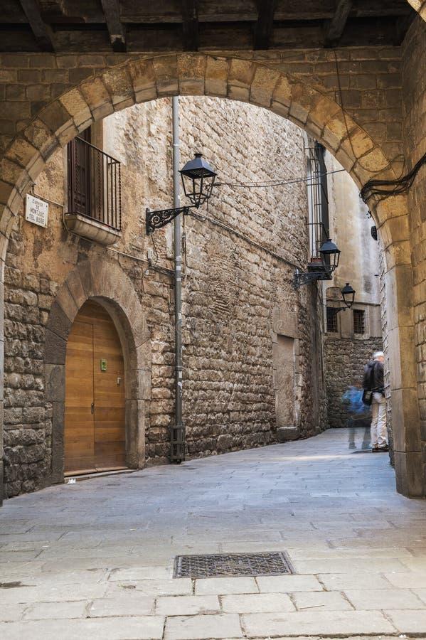 Rua estreita no quarto gótico de Barcelona imagens de stock royalty free