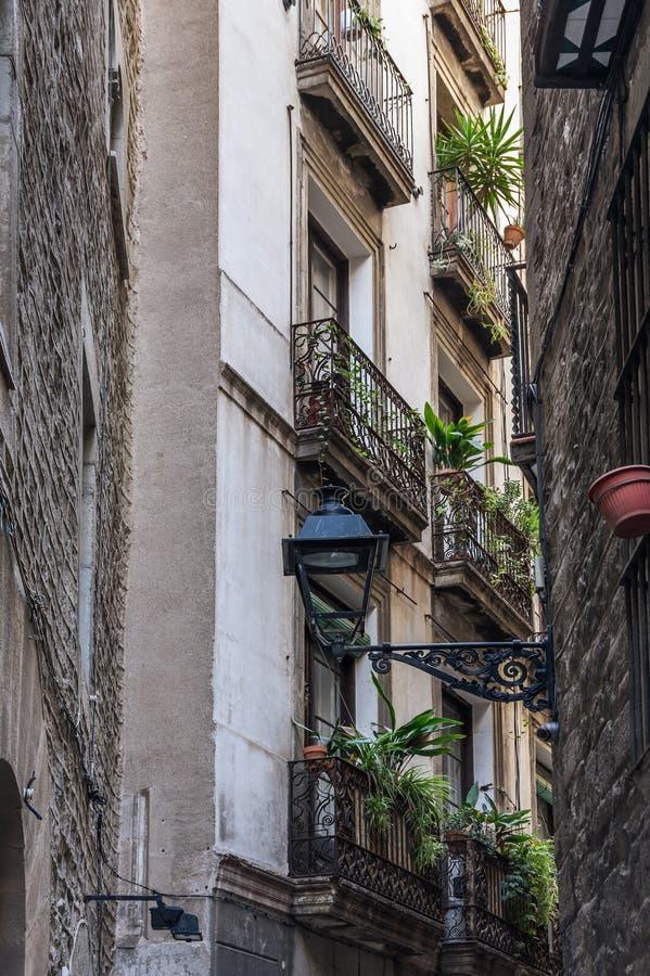 Rua estreita no quarto gótico de Barcelona imagem de stock
