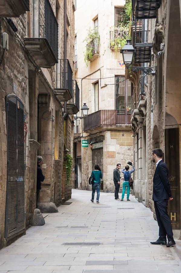 Rua estreita no quarto gótico de Barcelona fotos de stock