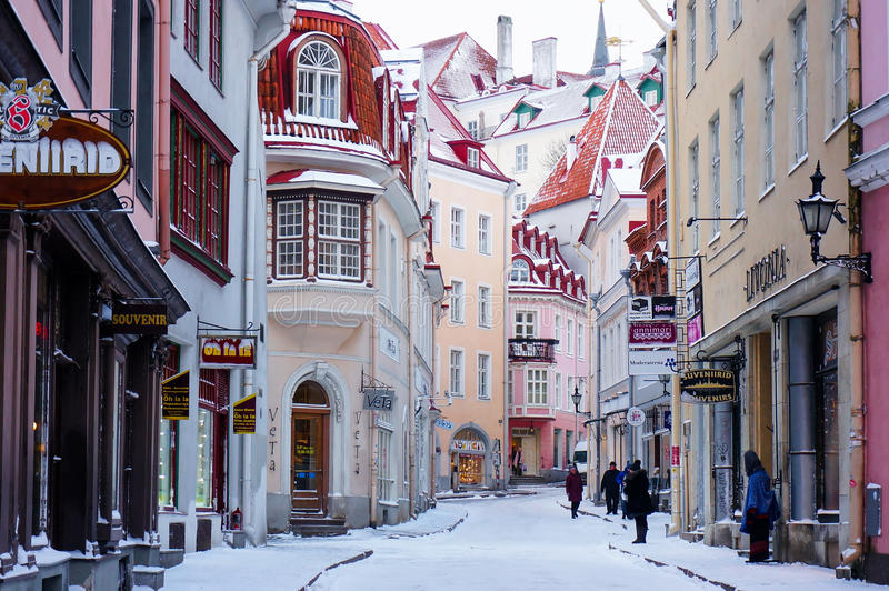 Rua estreita pitoresca na cidade velha de Tallinn Vanna Tall fotografia de stock royalty free