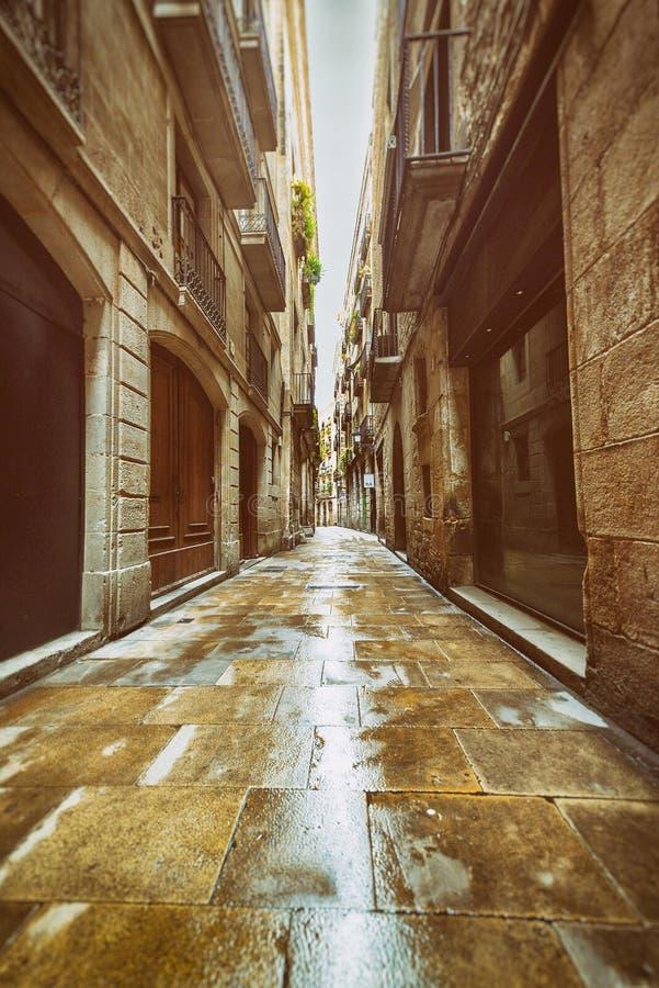 Rua estreita reta no quarto gótico foto de stock