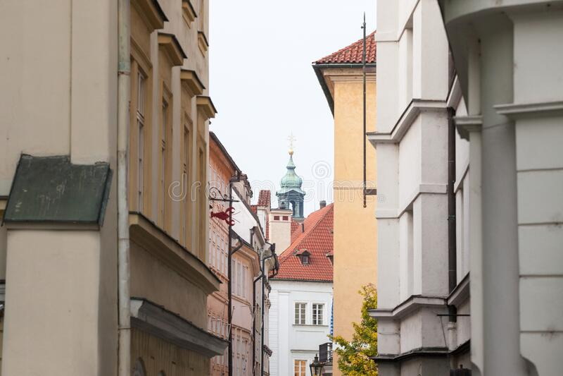 Rua estreita típica de Stare Mesto, Michalska ulice, no centro histórico de Praga, República Checa fotografia de stock royalty free