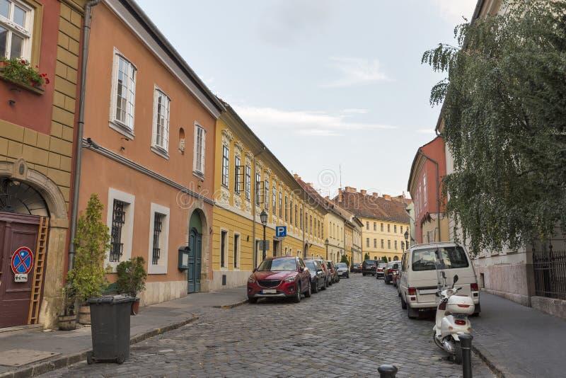 Rua estreita velha com os carros estacionados em Budapest, Hungria foto de stock